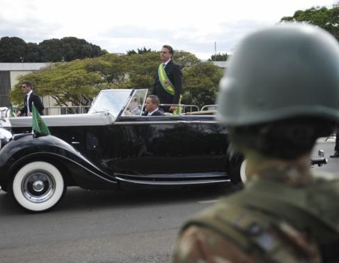 O presidente Jair Bolsonaro desfila em carro aberto no incio do desfile de 07 de setembro