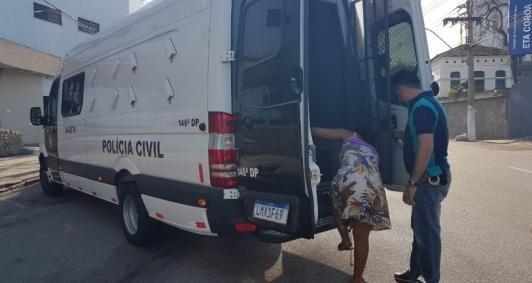 Mulher detida por suspeita de agressão
