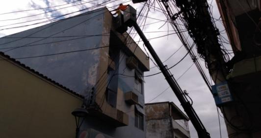 Defesa Civil avalia fachada de prédio (Foto: Camilla Silva)