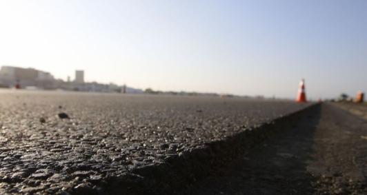 Obras de pavimentação na pista principal do Aeroporto Santos Dumont.