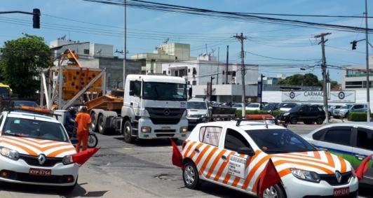 Carreta fecha cruzamento (Foto: Genilson Pessanha)