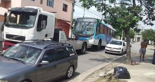 Ônibus da Rogil é rebocado