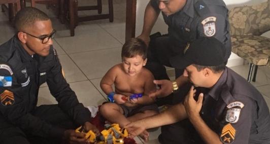 Policiais entregam presentes aos filhos de PMs falecidos