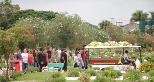Mesmo com recomendações de isolamento, amigos e familiares marcaram presença para o último adeus