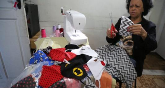 Vera Gomes Costa confecciona máscaras em casa