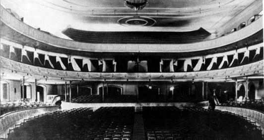 Interior vazio do Cine Teatro Trianon - patrimônio campista perdido