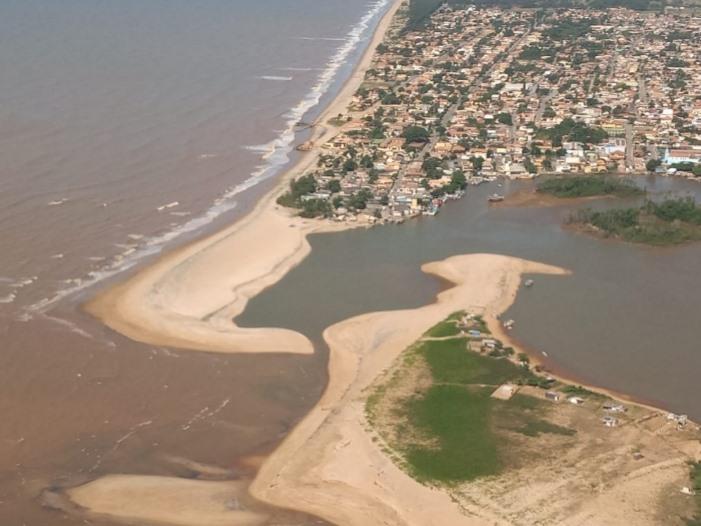Imagem a�rea do s�bado (23) mostra o novo fechamento da foz do Para�ba do Sul, entre o Pontal de Atafona e a ilha da Conviv�ncia