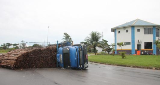 Caminhão tombou nesta manhã