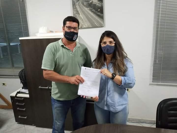 Amarildo Alcântara entregou documentação à representante do DER no município
