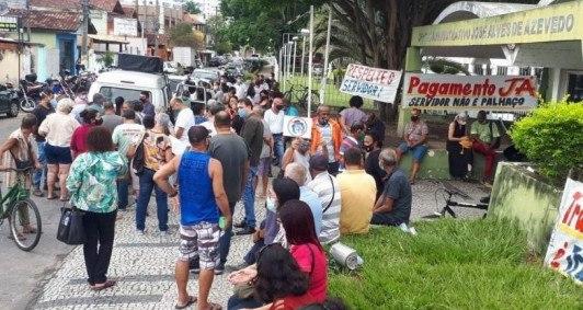 Manifestação de servidores em frente à Prefeitura