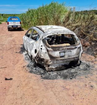 Carro do suspeito é encontrado incendiado