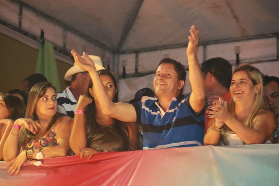 Neco acompanha e se diverte com o desfile das escolas de samba em SJB. Foto: Paulo Pinheiro