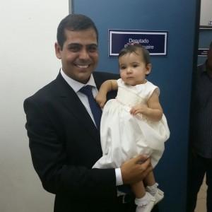O deputado Bruno Dauaire com a filha Antônia em frente ao seu gabinete, após a posse