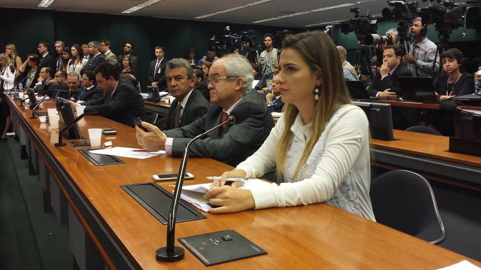 Deputada criticou a postura de parlamentares que elogiaram o presidente da Câmara. Reprodução/Facebook