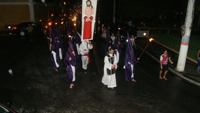 Procissão do Fogaréu resgatada no ano de 2013 em SJB faz parte da programação da Semana Santa. Foto: Arquivo/SJB Online