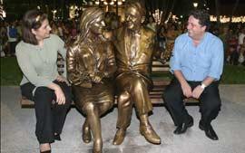 """Estátua do casal Garotinho foi encravada em uma praça da """"Cidade Poema"""""""