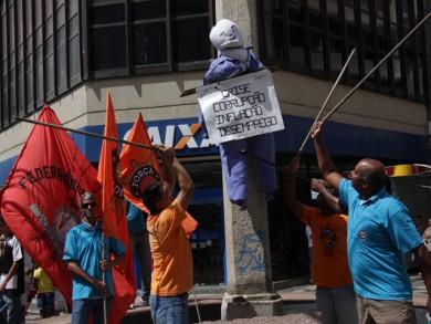 Malhação de Judas representando as mazelas políticas do país aconteceu no centro de Campos. Foto: Valmir Oliveira/Folha da Manhã
