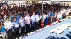 Na primeira fila da missa campal estavam políticos da região, alguns de correntes partidárias contrárias.