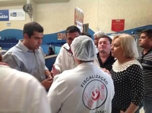 Bruno e vereadores de Campos conversaram com funcionário da secretaria de Assistência Social no restaurante.
