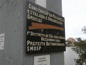 """Placa de construção da passarela """"estalada"""" em Grussaí"""