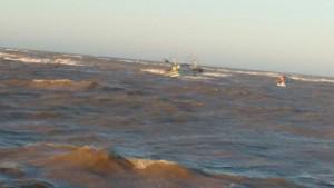 Barco de médio porte quase vira na barra de Atafona nesta terça-feira