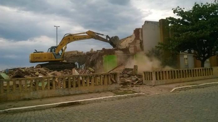 Prédio foi demolido na tarde desta sexta-feira, 11 de setembro