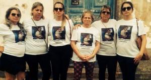 Mãe e irmãs do radialista estiveram na frente do Fórum de SJB, para cobrar celeridade no julgamento