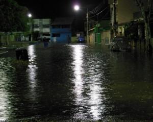 Praça São Benedito, na sede do município, foi um dos pontos alagados na noite de sábado. Foto: Renato Timotheo/Parahybano