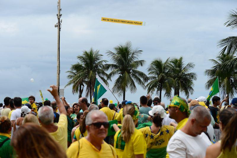"""Em apoio ao governo, um ultraleve trazia uma faixa """"Não vai ter golpe"""", assinado pela Frente Popular Brasil, movimento que apoia o governo (Foto: um ultraleve trazia uma faixa """"Não vai ter golpe"""", assinado pela Frente Popular Brasil)"""