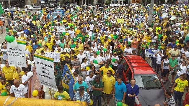 Em Campos, população se reunião na manhã deste domingo (13) para protesto (Foto: Bárbara Cabral/Folha da Manhã)