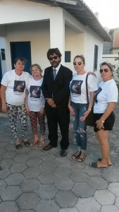 Familiares da vítima estiveram no Fórum, junto com o advogado