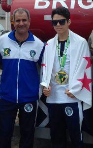 Gabriel com o treinador Sérgio Miranda após o título brasileiro no ano passado