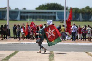Manifestantes pró-Dilma se reúnem em frente ao Palácio da Alvorada para acompanhar saída da ex-presidentade residência oficial (Foto: José Cruz/Agência Brasil)