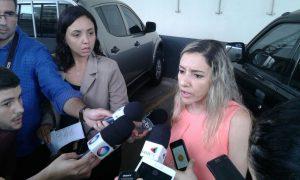 Delegada falou com a imprensa após segunda fase da operação (Foto: Jhonattan Reis)