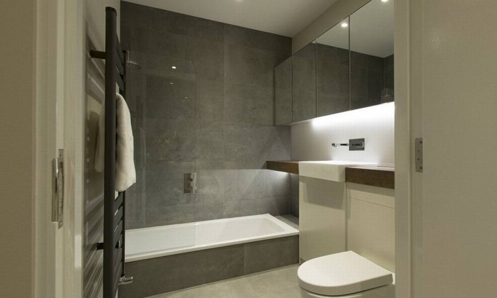 2B8654F700000578-3204956-There_is_also_an_attached_bathroom_complete_with_a_modern_bath_t-a-4_1440144162877