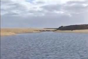 O Rio Doce não consegue vencer a barreira de areia  na barra