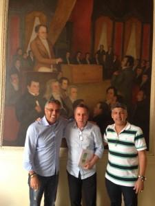 Encontro de velhos amigos nos corredores do Palácio Tiradentes