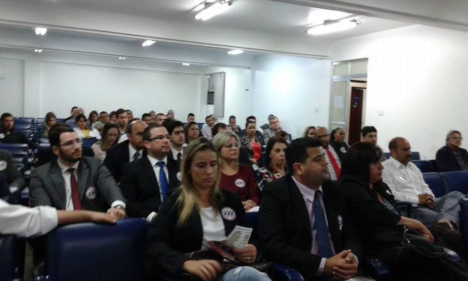 Imagem da reunião dos advogados, presidente da OAB e  com senhor Garotinho na CDL