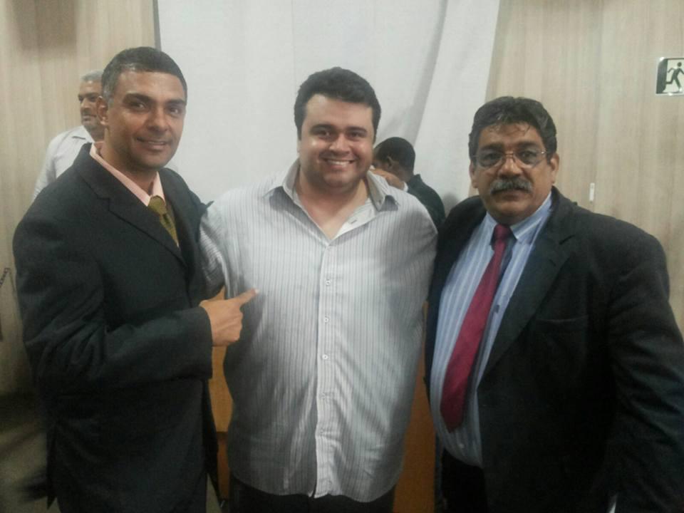 Vereador Paulo Genásio, presidente Marcelo Vivório e Vereador José Carlos após a aprovação da nova Lei dos Taxistas