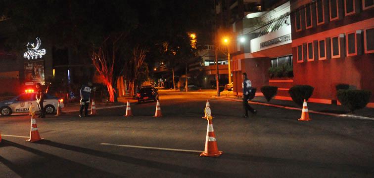 Ruas interditadas afetam o direito de ir e vir dos clientes deixando os estabelecimentos vazios em noites fundamentais para sua sobrevivcência.  A foto mostra a entreda da Rua marechal Rondon arbitrariamente  interditada pela PM