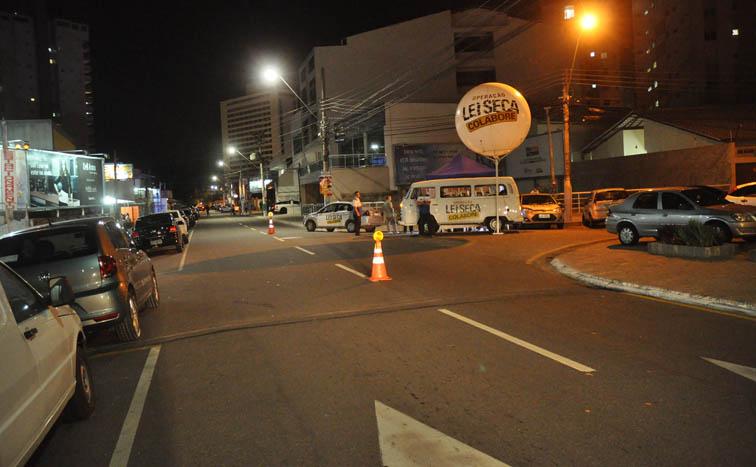 A Avenida Pelinca deserta em uma noite de sexta-feira prejudicando seriamente um setor fortemente empregador penalizado por um estratégia equivocada