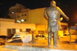 Na Praça do Canhão, o homem e a estátua.