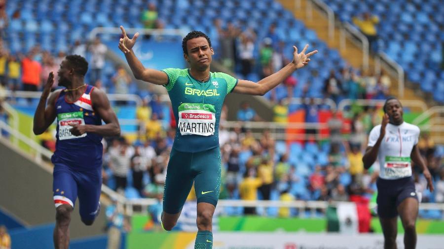 daniel-martins-comemora-a-vitoria-nos-400-m-rasos-na-paraolimpiada-1473431558899_v2_900x506