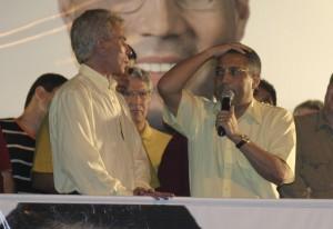 Pudim e Claudeci fazem comicio no trio elétrico na rua 13 de maio-sr0102