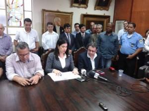 Rosinha com seu estafe e o promotor Marcelo Lessa na intervenção