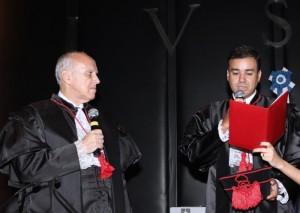 Dr. Francisco lê compromisso durante a posse