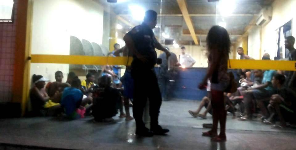 Os adolescentes que foram detidos ao voltarem da praia. (Foto enviada por internauta)