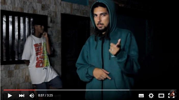 """Cena do videoclipe """"Começo do Fim"""", disponível no Youtube."""