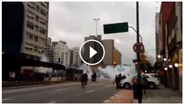 Polícia detona bombas de gás, gratuitamente, em manifestantes, nesta terça-feira (12, em São Paulo-SP.