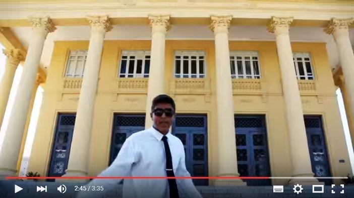 Mr Junior diante da Câmara de Vereadores de Campos, num videoclipe de seu projeto anterior, o Sokak Rap